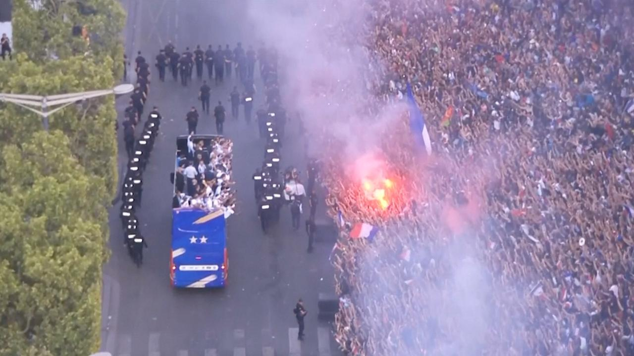 Franse kampioenen door duizenden fans onthaald in Parijs