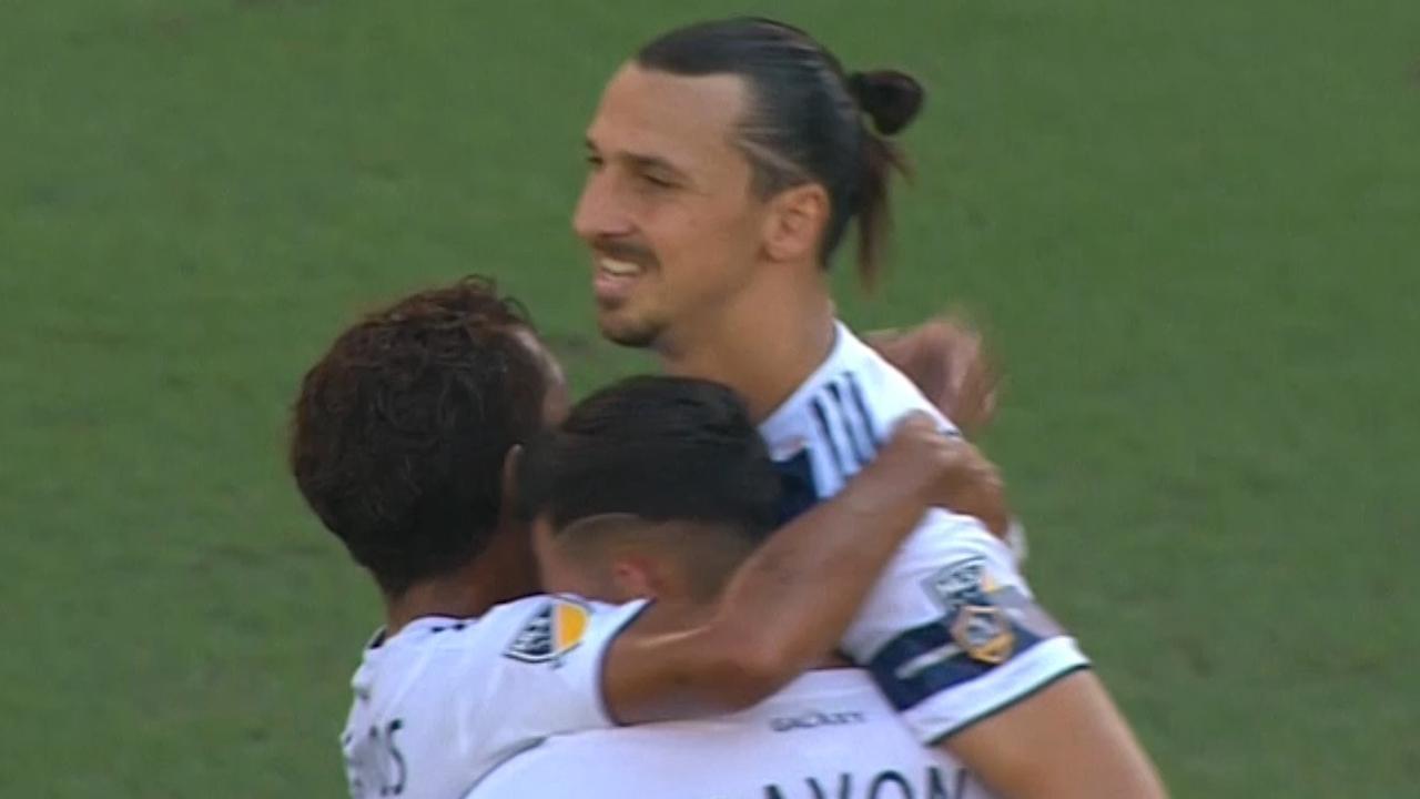 Ibrahimovic wipt bal uit stand over keeper van Houston Dynamo