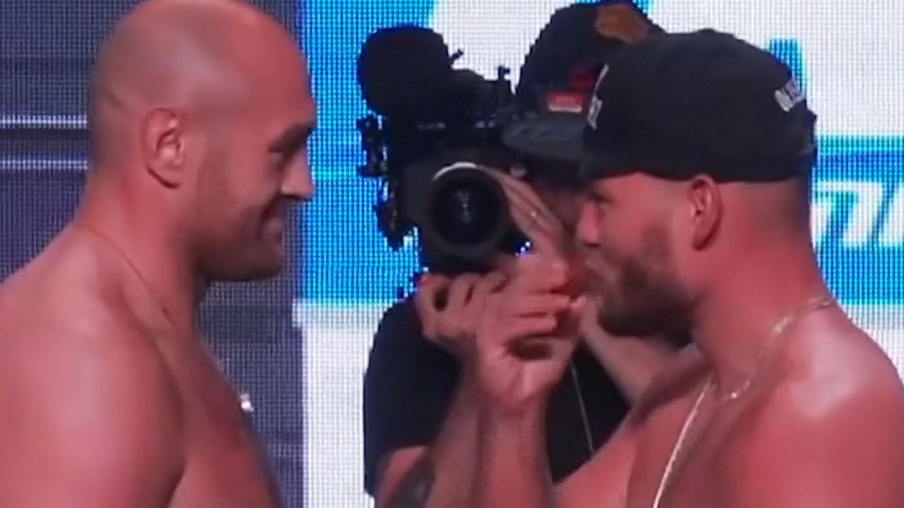 Tegenstander van Tyson Fury eet snack tijdens staredown