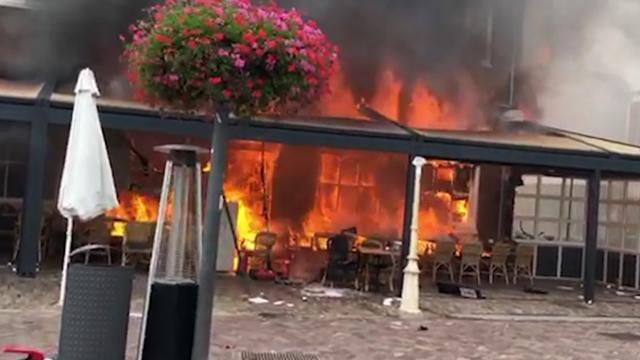 Vlammen verwoesten gevel van restaurant in Egmond aan Zee