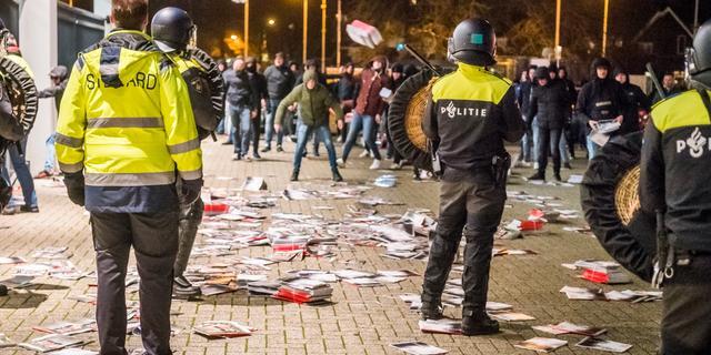 Tientallen boze PSV-supporters bestormen hoofdingang Philips Stadion