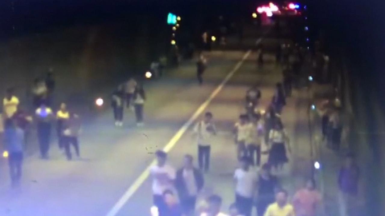 Reizigers rennen uit tunnel na brand door crash China