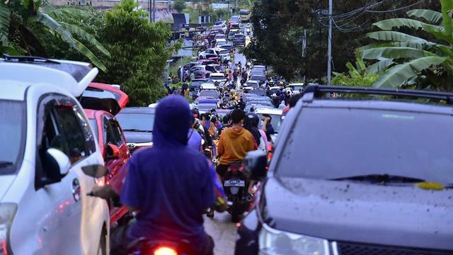Ribuan orang berusaha mengungsi setelah gempa.