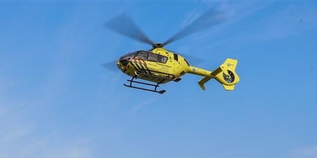 Fietser bekneld onder vrachtwagen in Utrecht, traumahelikopter rukt uit