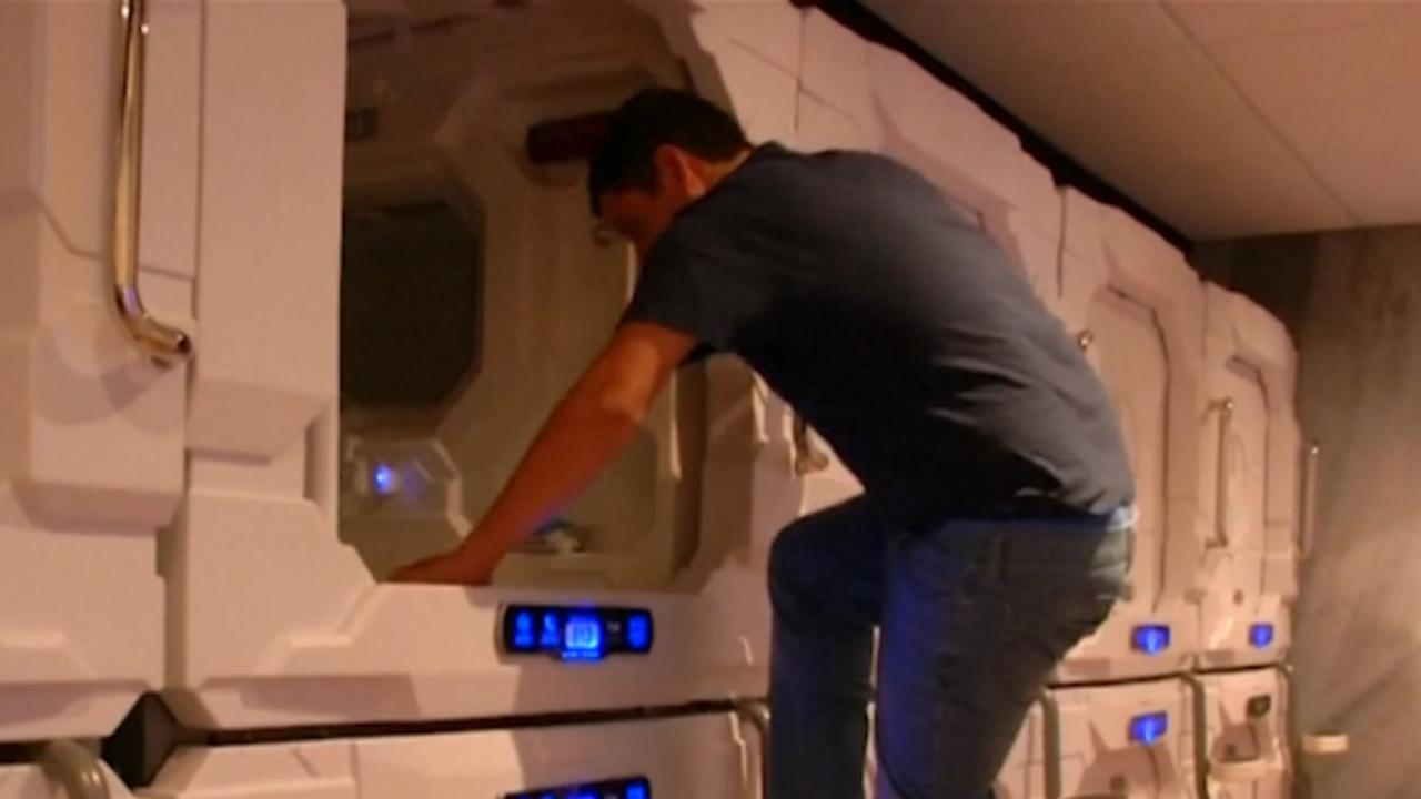 Reizigers slapen in capsules op vliegveld van Mexico-Stad