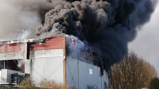 Grote brand uitgebroken bij recyclingbedrijf in Almere
