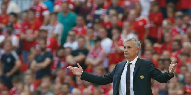 Mourinho draagt zege United op aan voorganger Van Gaal