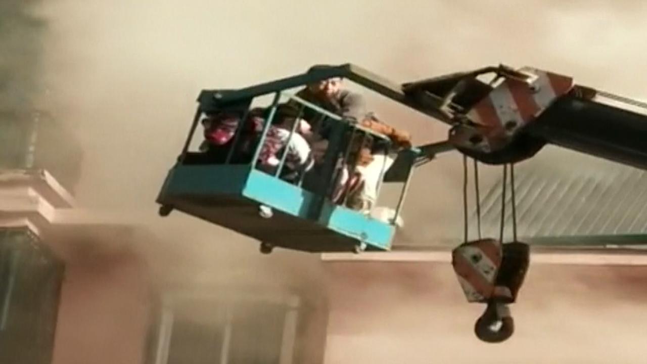 Kraanmachinist redt mensen uit brandende flat in China
