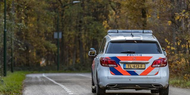 Agenten raken lichtgewond doordat verdachte bij achtervolging auto's ramt