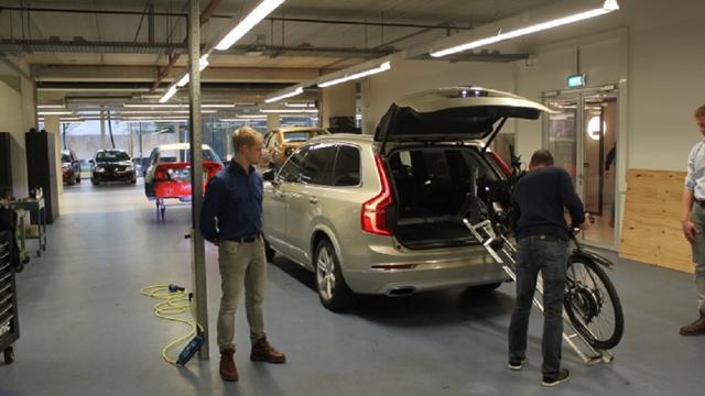 Studenten ROC Leiden ontwikkelen speciaal autohulpstuk voor reumapatiënt