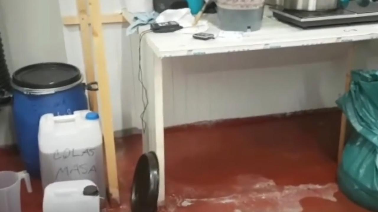 Politie deelt beelden van zinkende drugsboot in Moerdijk