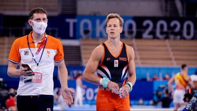 Epke Zonderland with his coach Daniel Knibbeler.
