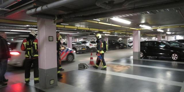 Brandweer rukt uit naar parkeergarage centrum voor benzinelek