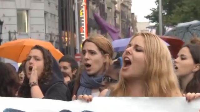 Woedende feministen bekladden winkels in Barcelona