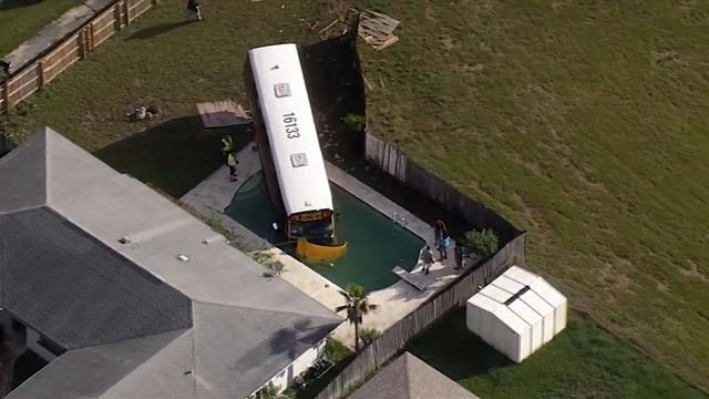 Schoolbus met scholieren rijdt in zwembad in Florida