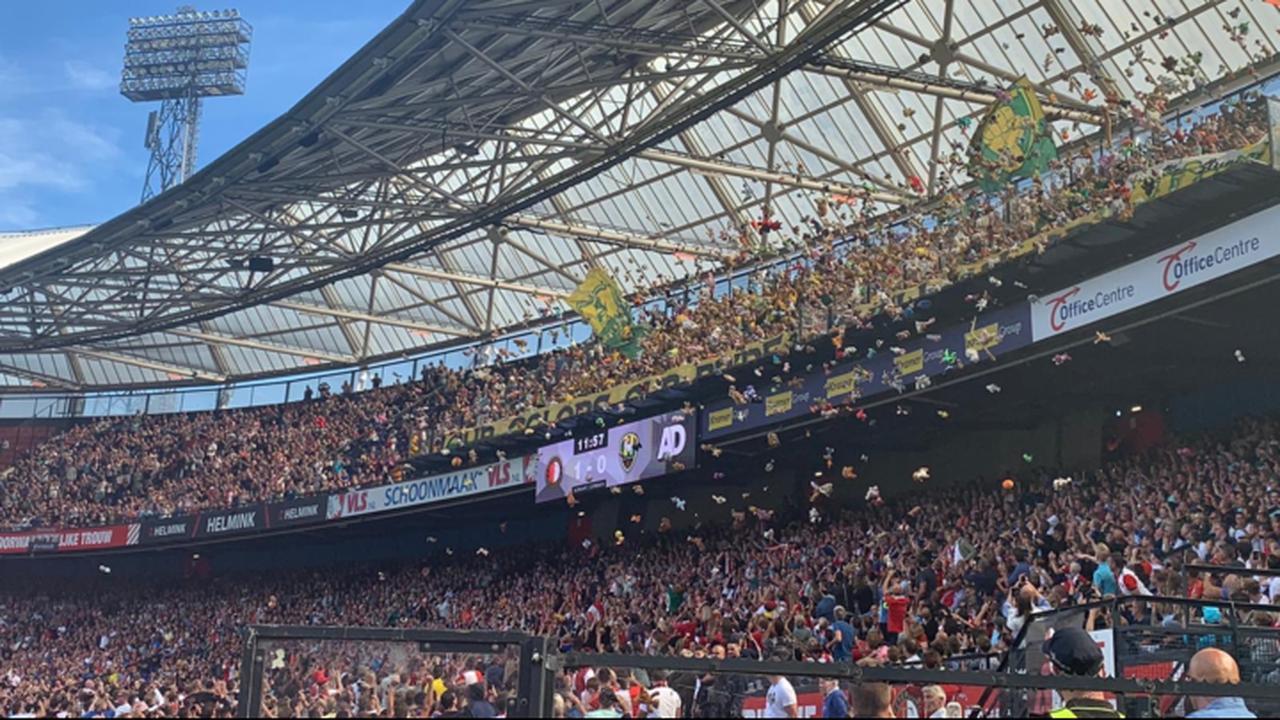 Kinderen bedolven onder knuffels bij Feyenoord-ADO