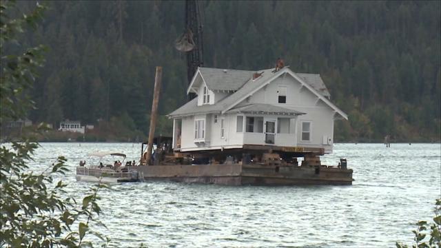 115 jaar oud huis dwars over meer in Idaho vervoerd