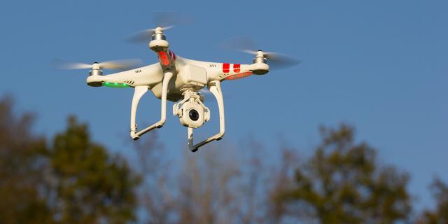 TU/e-studenten en brandweer testen drone die mensen kan redden bij brand