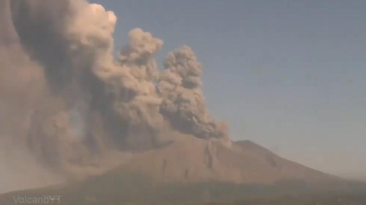 Vulkaan in Japan spuwt as 1.100 meter de lucht in