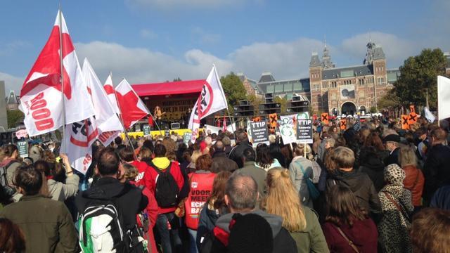 Zo'n zesduizend demonstranten op Museumplein tegen TTIP en CETA