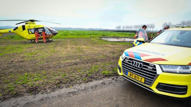 Traumahelikopter aan de grond bij Alphen aan den Rijn door mist