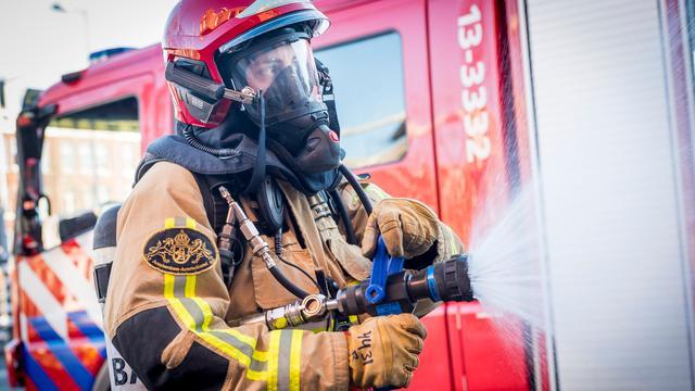 Agenten blussen autobrand in Noord