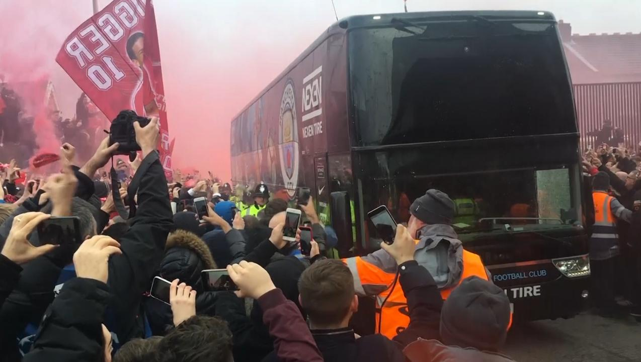 Fans Liverpool bekogelen spelersbus Manchester City