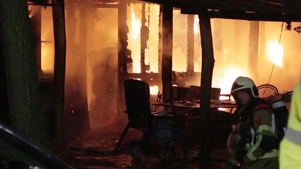 Woning gaat volledig in vlammen op bij dodelijke brand in Strijbeek