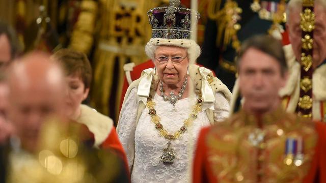 Koningin Elizabeth vindt kroon maar onhandig