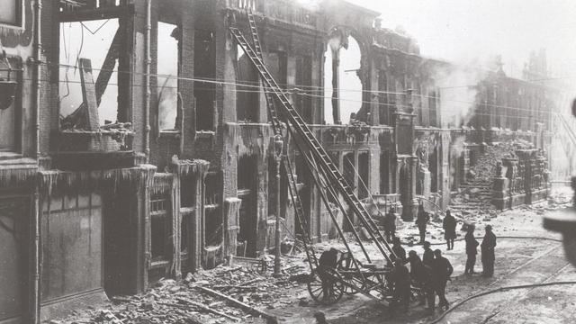 Brandweer staat stil bij stadhuisbrand 1929 met serie tweets