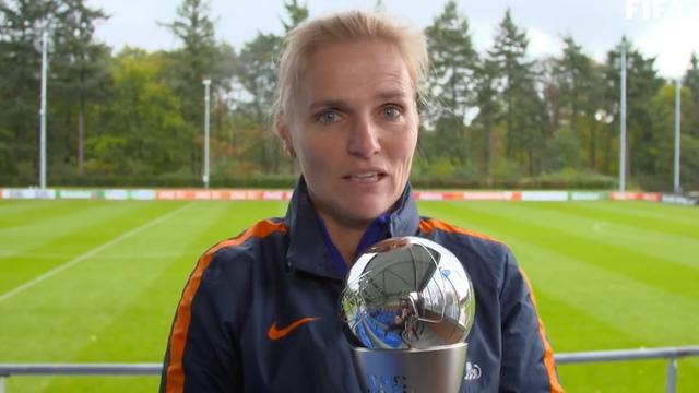 Sarina Wiegman neemt FIFA-prijs voor beste coach in ontvangst