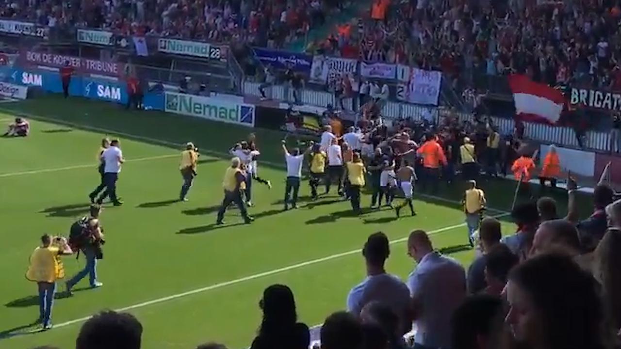 Spelers en fans FC Emmen vieren promotie na laatste fluitsignaal