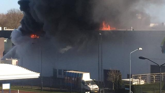 Grote brand in schildersbedrijf in Oosterhout onder ...
