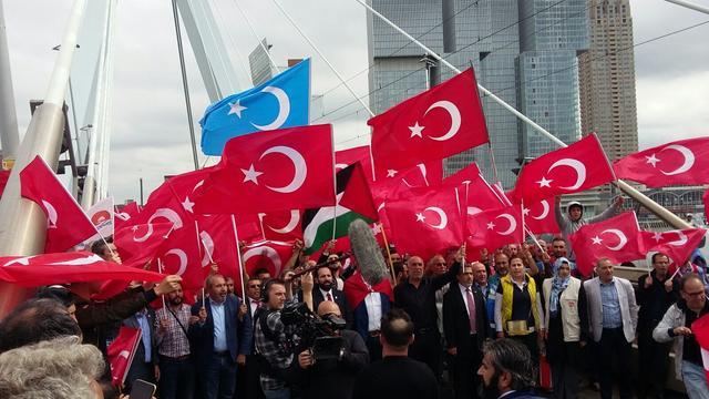 Kabinet roept op tot aangifte bij bedreiging door Erdogan-aanhang