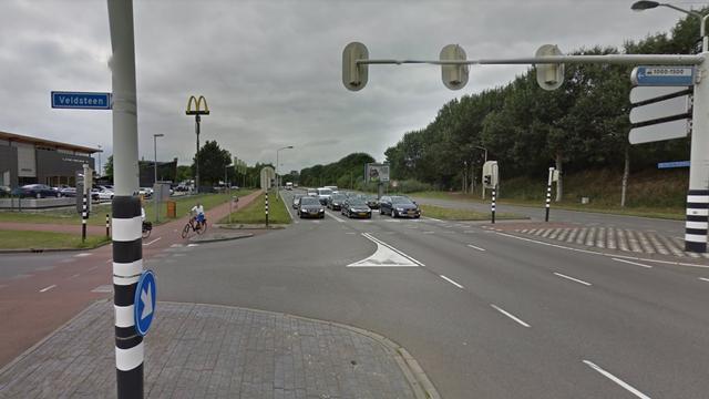 Auto botst tegen lantaarnpaal op Backer en Rubweg