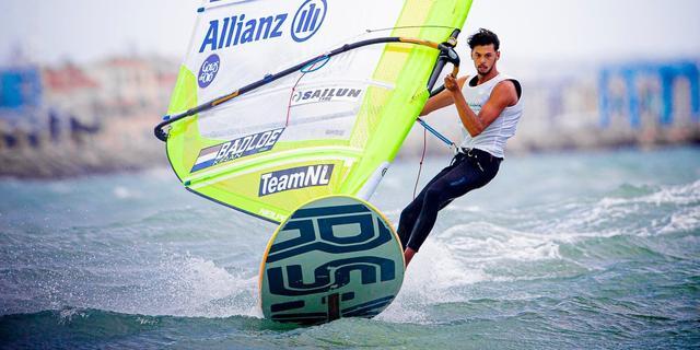 Titelverdediger Badloe leidt na eerste dag op WK windsurfen
