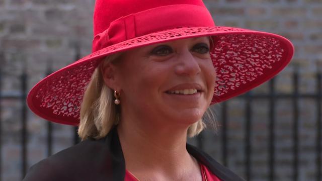 Vrouwen verschijnen met hoeden op Binnenhof voor Prinsjesdag