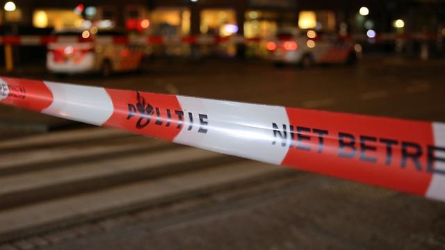Politie arresteert man om negeren afzetlint bij autobrand Kanaleneiland
