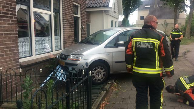 Auto botst tegen gevel van woning Paltrokmolen