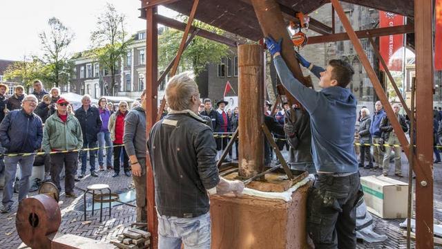 Voorbereidingen op Domplein om laatste luidklok Buurtoren te gieten