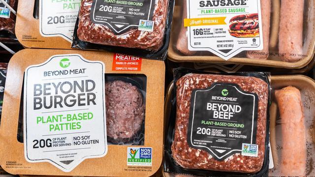 Het aanbod aan vleesvervangers is enorm gegroeid.