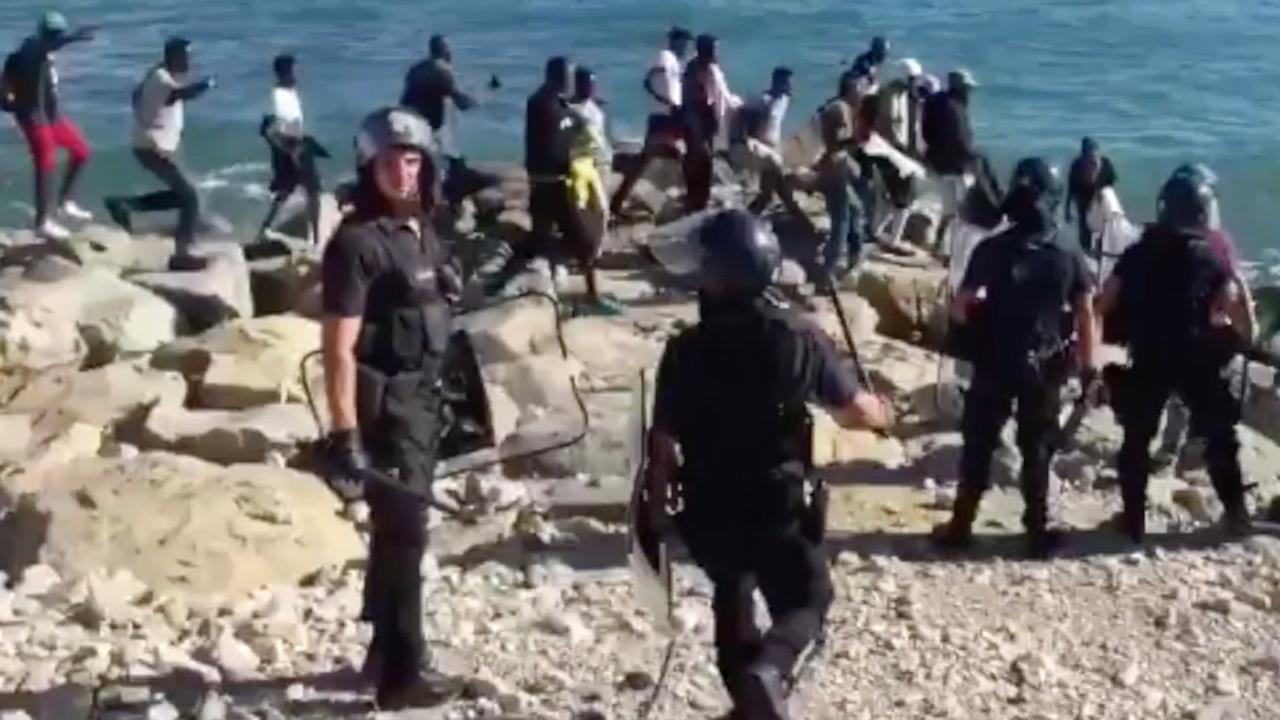 Honderdtal asielzoekers doorbreekt Franse grens