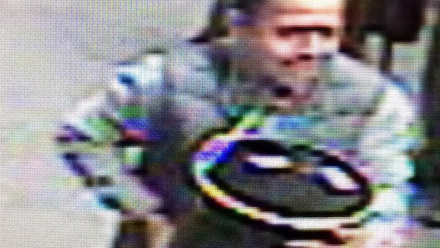 Man loopt met gestolen emmer goud over straat in New York