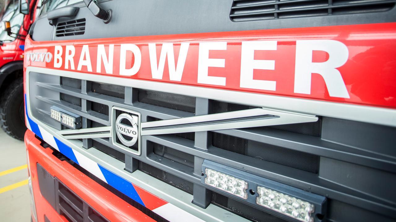 Burgemeester neemt handtekeningen brandweer in ontvangst
