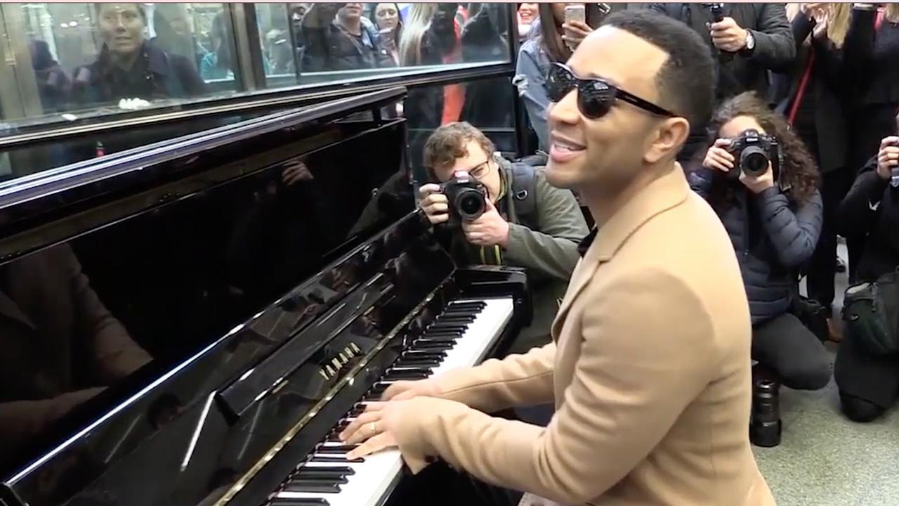 Achterklap in beeld: Publiek boos op Drake en John Legend verrast reizigers
