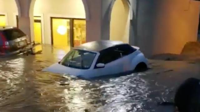 Auto's drijven van parkeerplaats VS na hevige regenval