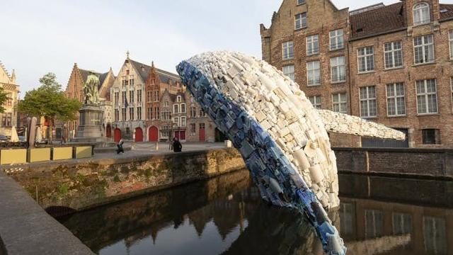 Plastic walvis van 11 meter groot naar Catharijnesingel