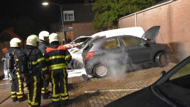 Twee auto's in Zevenbergen ernstig beschadigd na brand