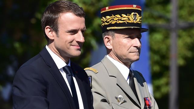 Franse legerleider stapt op wegens bezuinigingen van president Macron