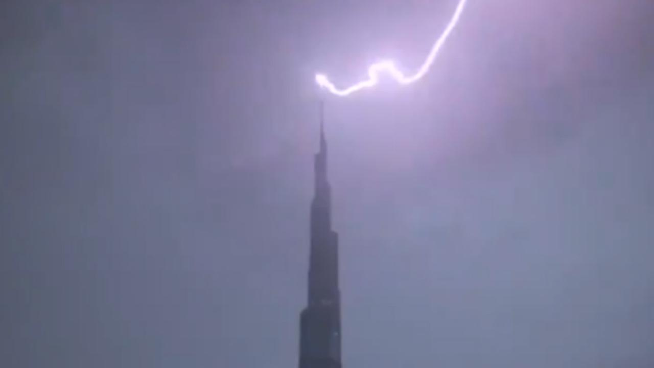 Bliksem treft hoogste gebouw ter wereld in Dubai meerdere keren